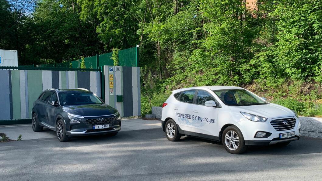 BLIR BILLIGERE I DRIFT: Hyundai – her med to generasjoner av hydrogenbiler fra merket,  Nexo og ix35 – er en av produsentene som satser fremtidsrettet på hydrogenbiler ved siden av batterielektriske biler. Foto: Knut Moberg
