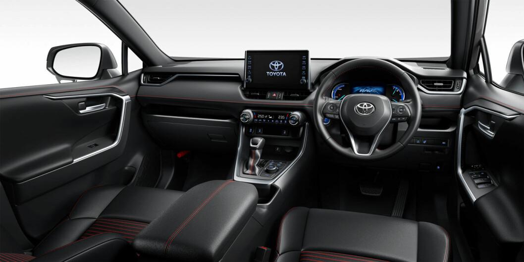 COCKPIT: Slik er interiøret på den japanske modellen, der rattet er på høyre side. Toyota har ennå ikke sluppet bilder av bilen med ratt på venstre side.