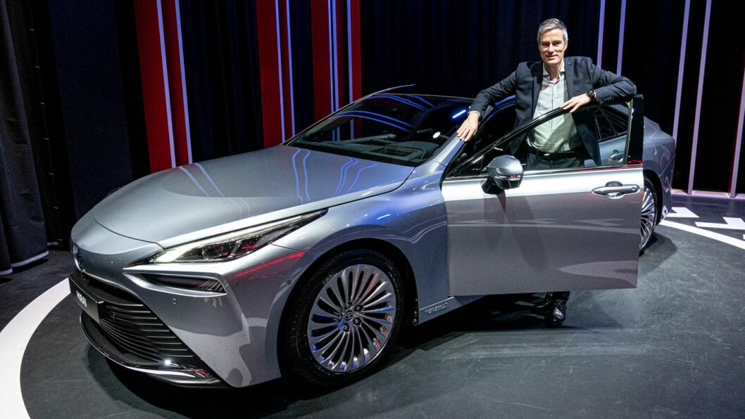 DEN NESTE: Toyota forbereder verdenslanseringen av andre generasjon Mirai. Her er kommunikasjonssjef Espen Olsen i døråpningen på bilen under en visning i Amsterdam tidligere i år. Foto: Peter Raaum
