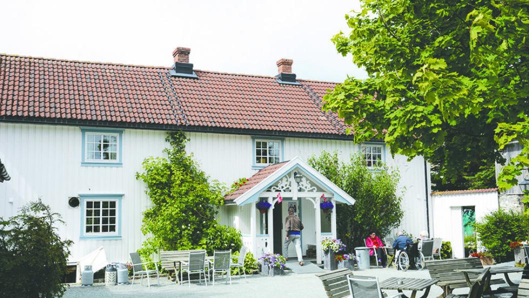 GÅRDSBUTIKK OG SERVERING: Klostergården med kafe og overnattingstilbud er nærmeste nabo til klosterruinene. Foto: Per Roger Lauritzen
