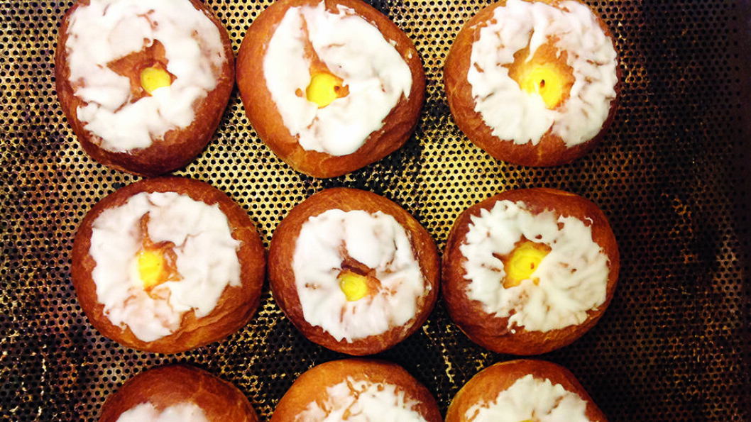 STIKK INNOM BAKERIET: Arntzenbollen med vaniljekrem og Frostabrød er en favoritt på Frosta. Foto: Arntzen Bakeri