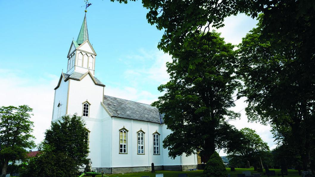 KORSKIRKE: Frosta kirke er fra 1866 og ble bygget etter arkitekt Georg Andreas Bulls tegninger til Nes kirke i Hallingdal. Foto: Per Roger Lauritzen
