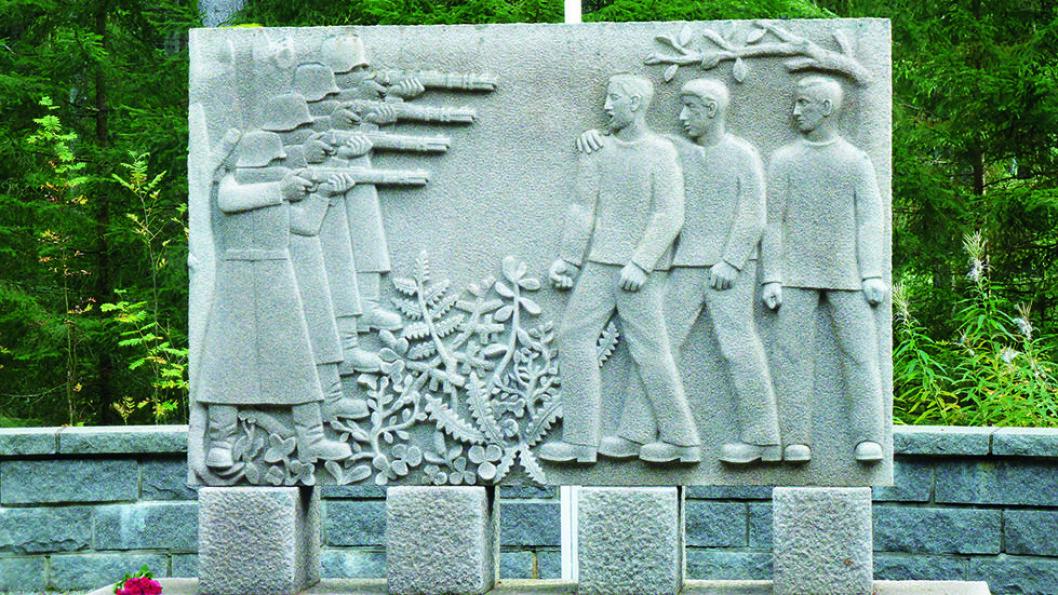 TIL MINNE OM DEM SOM BLE HENRETTET: Dette minnesmerket i Falstadskogen er laget av billedhoggeren Odd Hilt, som selv var fange på Falstad. Foto: Reidar Stangenes