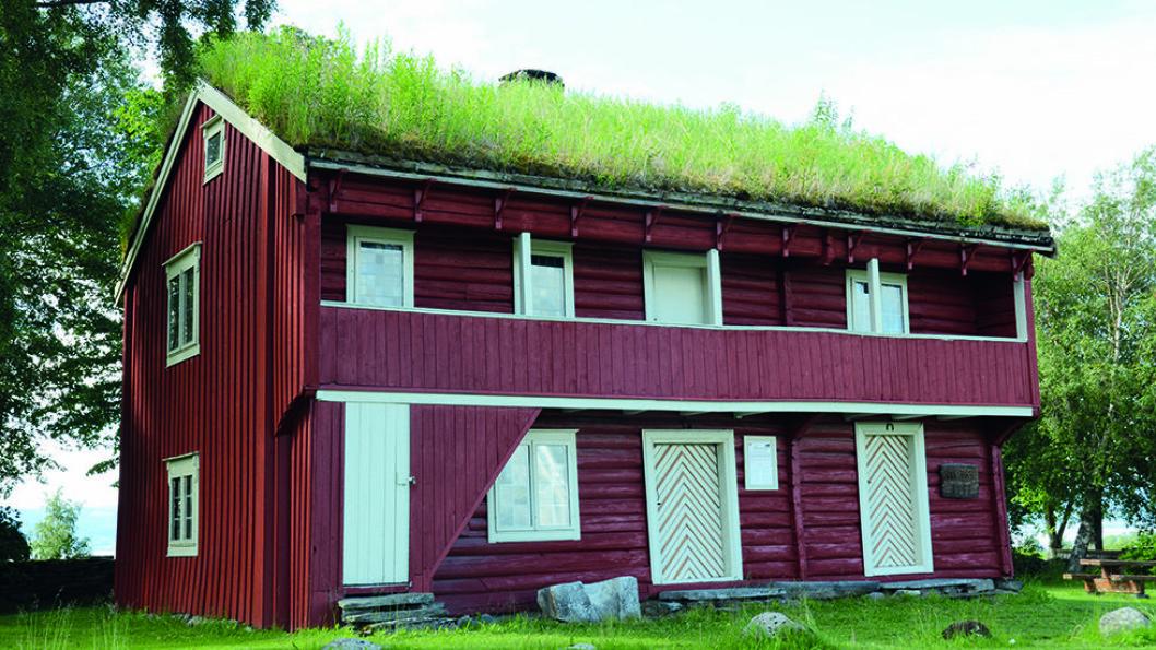VENTEROMMET: Ammestua ved Alstadhaug kirke er en av de eldste toetasjes bygningene i tre i Nord-Trøndelag. Foto: Per Roger Lauritzen.