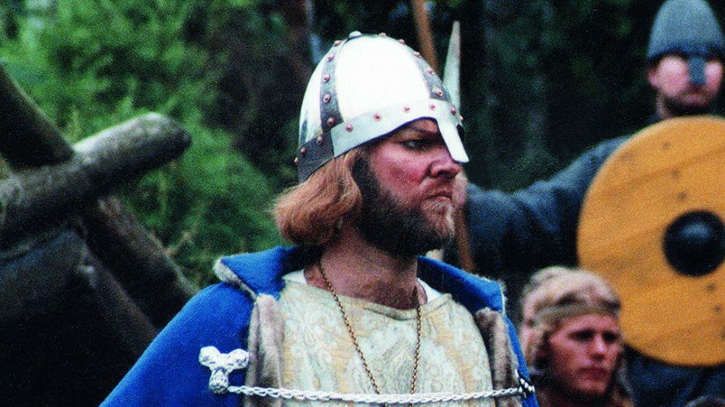 OPPFØRT PÅ SLAGSTEDET: I Norge er «Spelet om Heilag Olav» alle historiske spills mor. Her er Helge Ingar Gimle i rollen som konge i 1994. Foto: Wikimedia