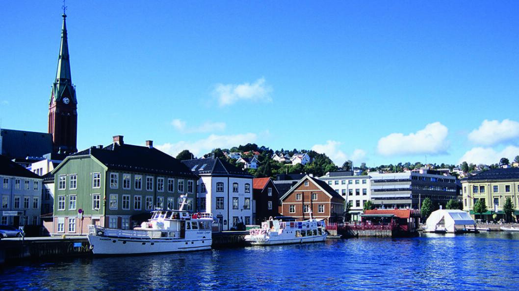 HYGGELIG I SENTRUM: Pollen i Arendal er en sjarmerende småbåthavn og et fint stoppested på en tur langs kysten. Foto: Per Roger Lauritzen