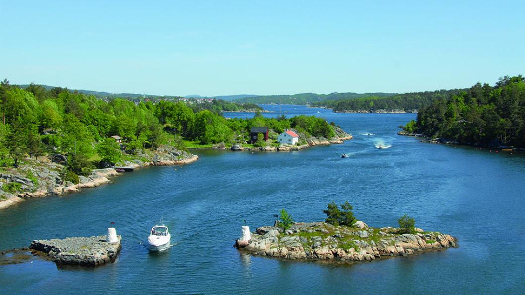 SEILINGSLEIA: Fra brua over til Justøya har du god oversikt over den populære båtruta Blindleia. Foto: Per Roger Lauritzen