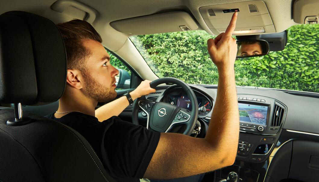 KRITISK: NAF mener Opel og importøren ikke bare kan fjerne en tjeneste, som blant annet er plassert i taket mellom forsetene.