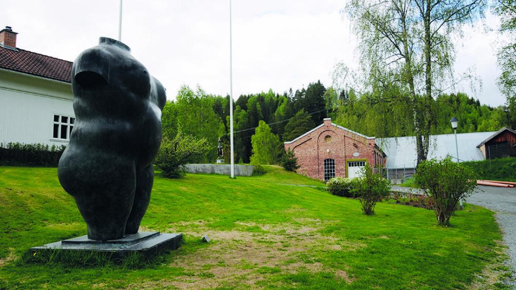 KUNST OG ARBEIDSLIV: Kistefos-museet på Jevnaker byr på både industri- og kraftverkshistorie og moderne kunst. Kvinnetorso er lagt av Fernando Botero. Så langt er 30 kunstnere representert i skulpturparken. Foto: Per Roger Lauritzen