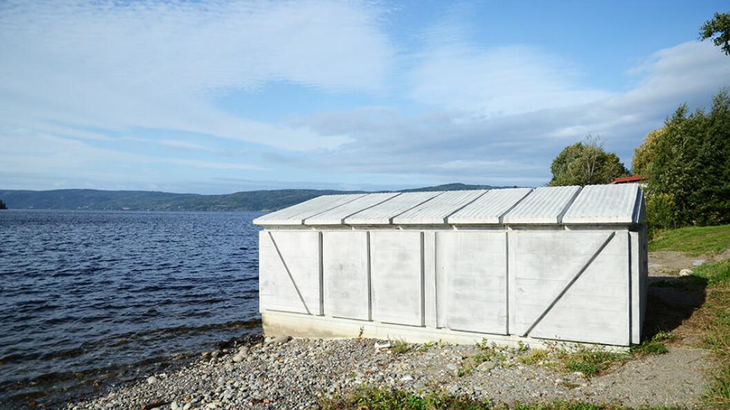 SKULPTURSTOPP: Det «omvendte» båthuset i Røykenvika er et særpreget kunstverk i betong. Foto: Per Roger Lauritzen