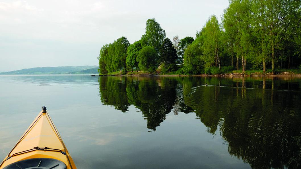 OPPLEV OMRÅDET FRA FJORDEN: Randsfjorden byr også på store muligheter for dem som vil padle, som her i Jevnaker. Foto: Per Roger Lauritzen