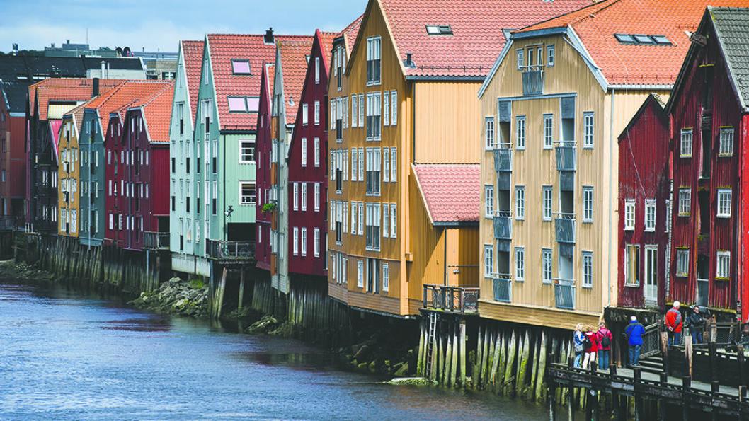 NIDELVA: Elven renner gjennom Trondheim, og på begge sider ligger de fargerike pakkhusene. De eldste bevarte bryggene er hovedsakelig fra 1700-tallet og ligger mellom Gamle bybro og Bakke bru. Foto: Colourbox