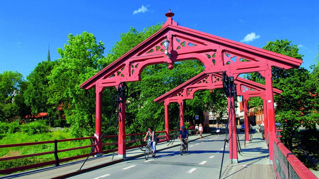 LYKKENS PORTAL: Gamle Bybro fører deg til idylliske Bakklandet. Foto: CH - Visitnorway.com