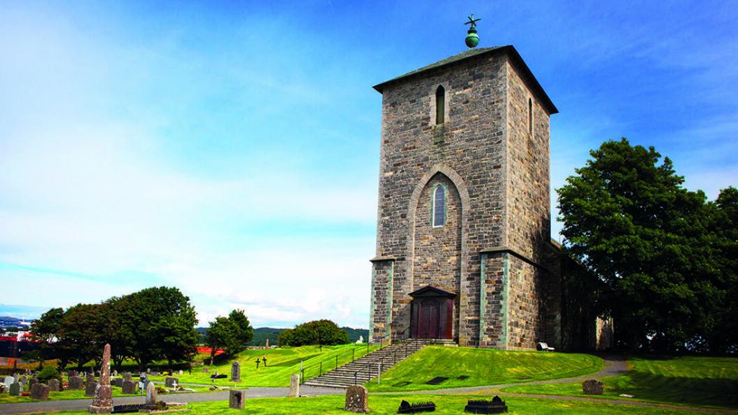 KONGELIG KAPELL: Olavskirken på Avaldsnes ble bygget i 1250 av Håkon Håkonsson. Den var et viktig stoppested for pilegrimer som skulle til St.Olavs grav i Nidaros. Foto: Scott Sporleder FjordNorway