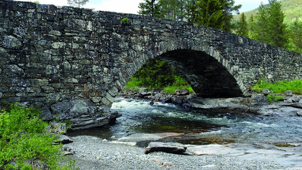 FORSØKT SPRENGT: Lunde bru ble bygd fra 1827 til 1829 og er Norges eldste natursteinsbru som er i bruk langs veinettet. Under krigen forsøkte man å sprenge brua uten hell. Foto: Per Roger Lauritzen