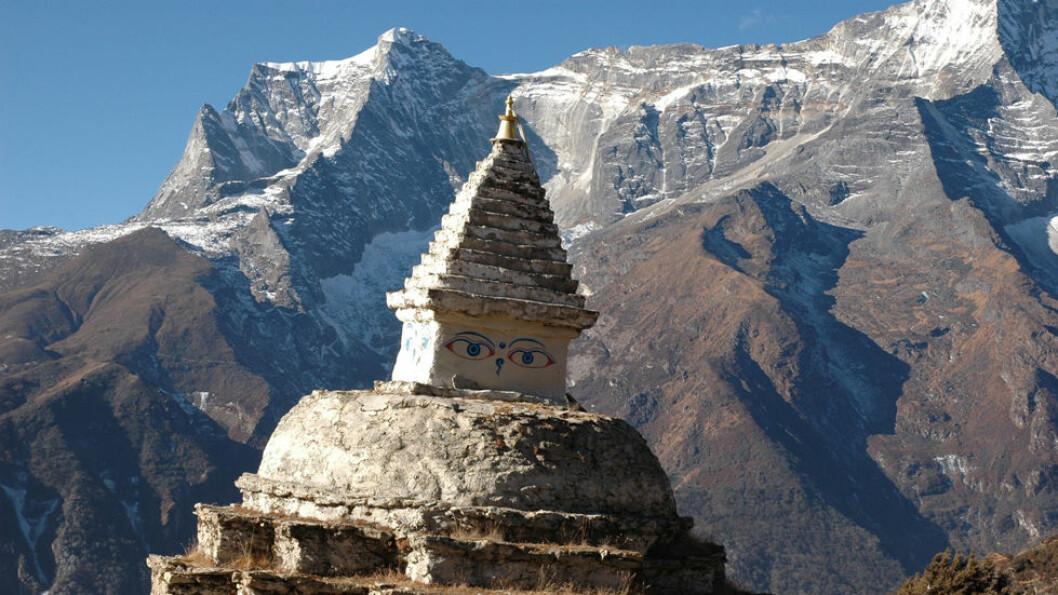 ØST I NEPAL: Tempelet foran fjellet Ama Dablam som betyr Mors halskjede. Foto: Explore Travel