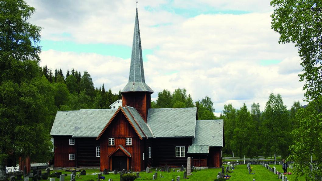 KORSKIRKE I TØMMER: Bruflat kirke fra 1774 har utskåret inventar og kirkeklokken er fra middelalderen. Foto: Per Roger Lauritzen.