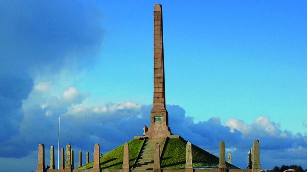 HARALDSSTØTTA: Norges eneste riksmonument markerer Harald Hårfagres samling av Norge til ett rike under slaget ved Hafrsfjord i 872. På de 29 steinene rundt obelisken, står navnet på de gammelnorske fylkene. Foto: Haugesund kommune.