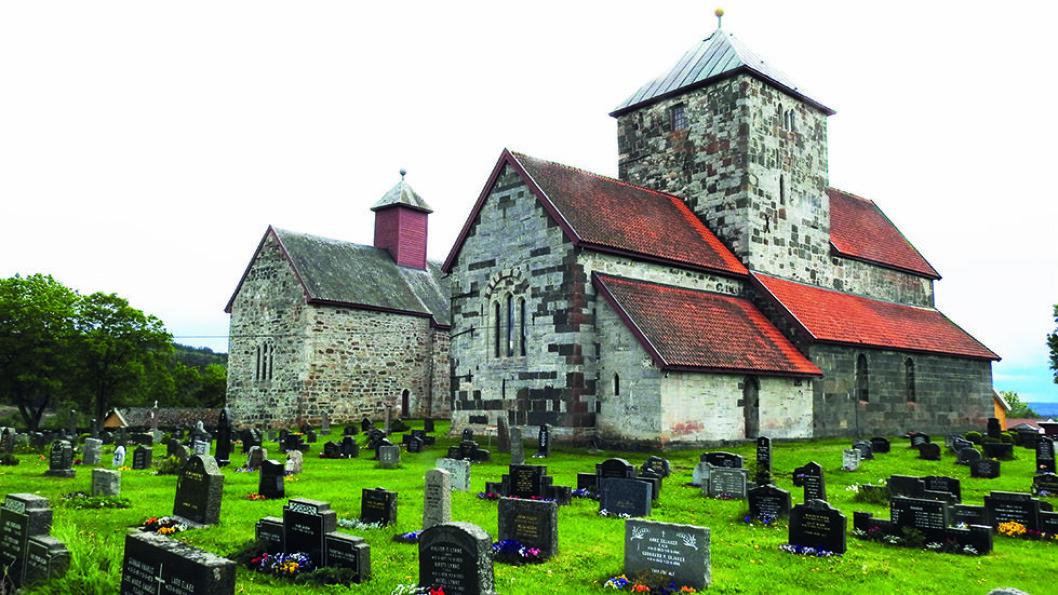 SØSTERKIRKENE: Sagnet sier at det var to søstre som var uvenner, og derfor måtte de ha hver sin kirke, men i Middelalderen var det ikke uvanlig å bygge kirker tett ved hverandre. Foto: Per Roger Lauritzen