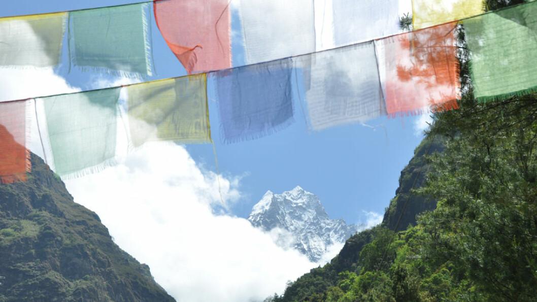 BØNNER MED VINDEN: De buddhistiske bønneflaggene henges opp på vindfulle steder for å spre fred, medfølelse, styrke og visdom. Foto: Explore Travel