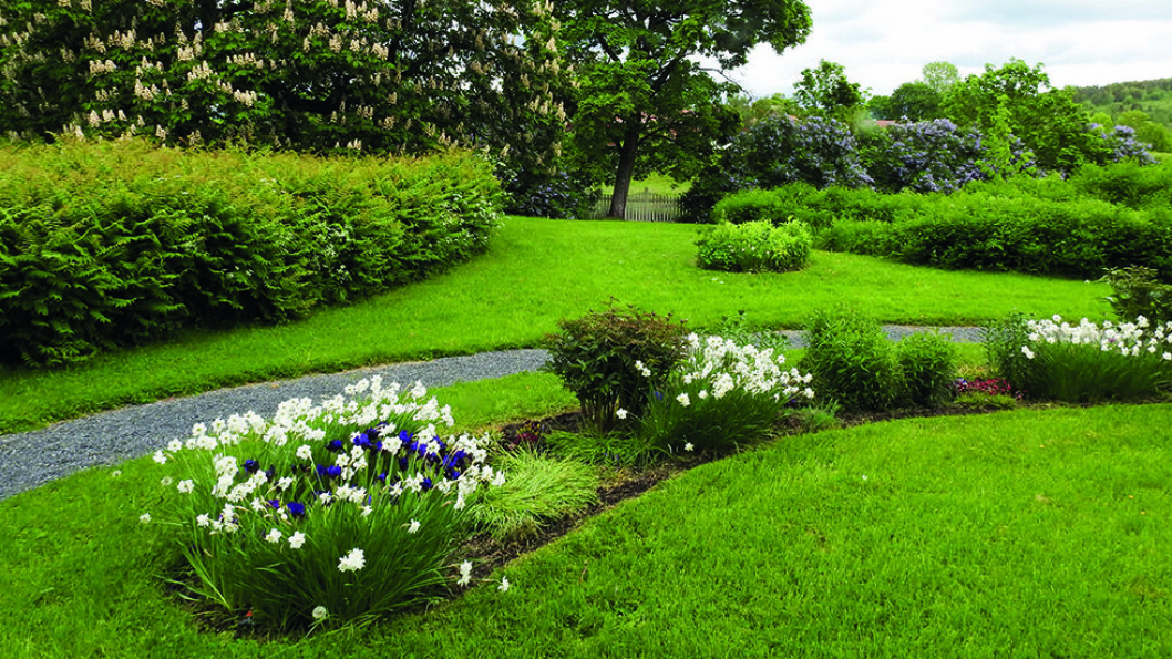 GRAN PRESTEGÅRDSHAGE: Dette er en klassisk renessansepreget hage, og den ble anlagt på slutten av 1700-tallet. Det er trolig den eneste prestegården i Norge med gravsted i hagen. Foto: Per Roger Lauritzen