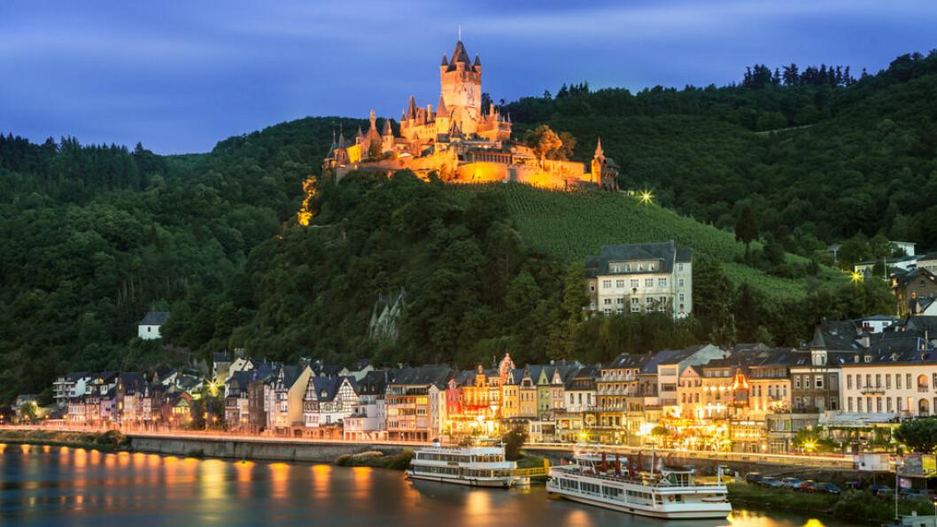 I MOSELDALEN: Borgen Reichsburg Cochem ble bygget på 1100-tallet og ruver over den vesle byen Cochem ved bredden av Mosel. Foto: Shutterstock