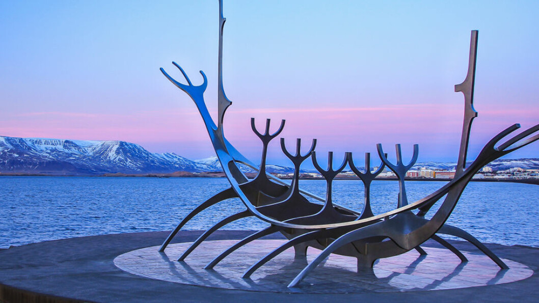 TETT PÅ HAVET: Havet betyr naturlig nok mye for islendingene. Skulpturen Sólfar - Solfareren - av Jón Gunnar Árnason står i vannkanten i Reykjavik. Foto: Shutterstock