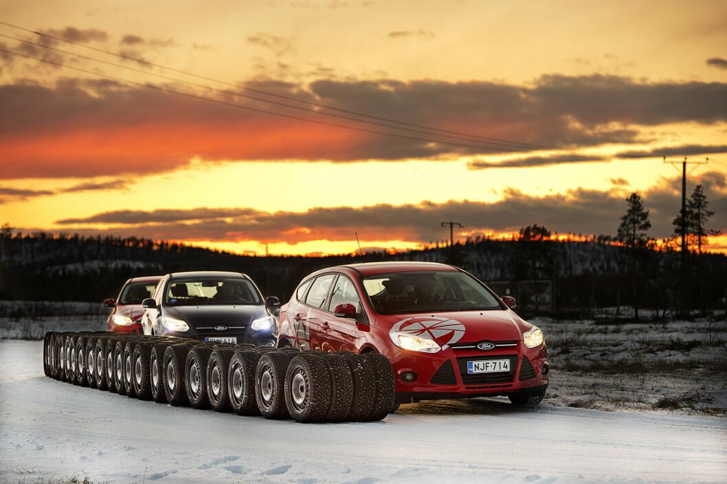 KOLONNEKJØRING: Michelin slites minst og Goodyear raskest i slitasjetesten Motor har gjort av vinterdekkene magasinet testet i 2014. For å finne forskjellene ble dekkene kjørt 15.000 kilometer i kolonne. Foto: Lasse Allard