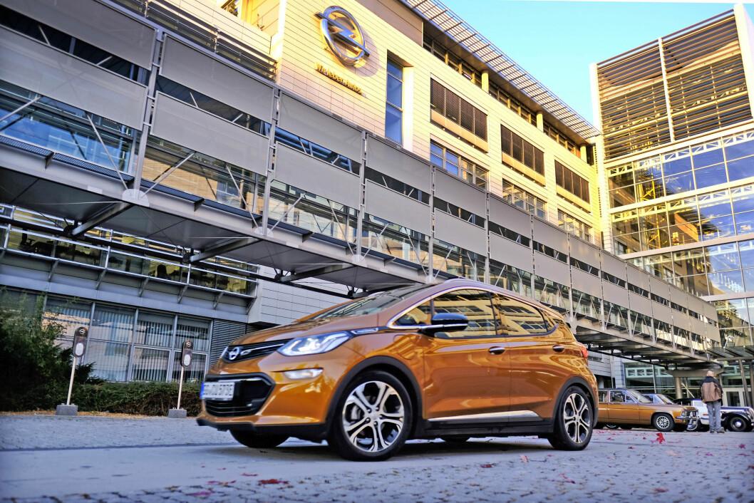 I KØ: Så langt har over 1.000 nordmenn tegnet kontrakt på nye Opel Ampera-e. Prisen blir trolig rundt 330.000 for en godt utstyrt bil. Foto: Produsenten