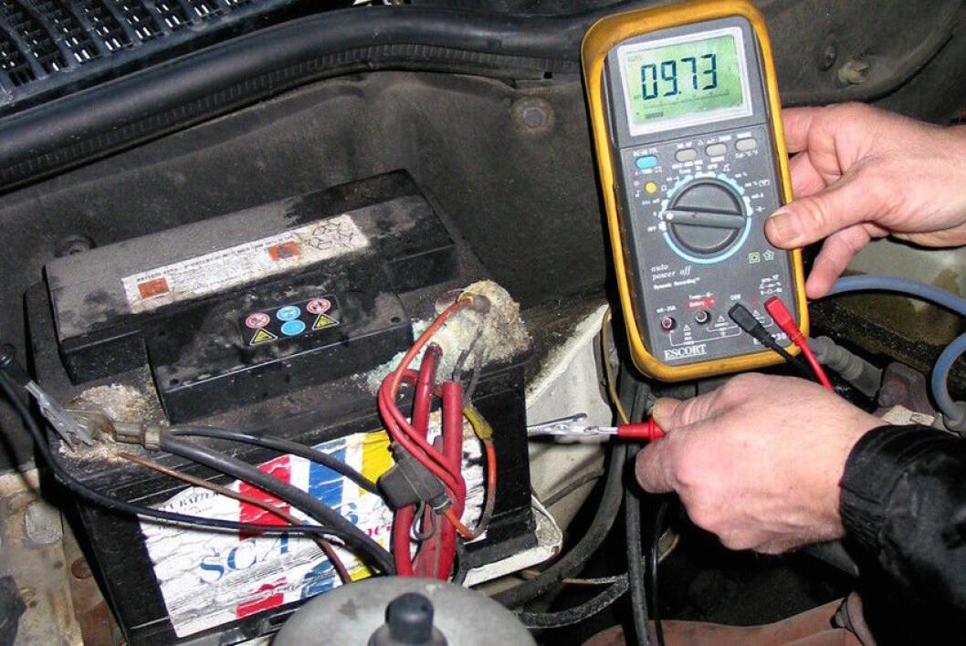 DÅRLIG BATTERI: Når kulda setter inn, viser et slitent og dårlig batteri sitt sanne jeg: Du får ikke start på bilen. Foto: Rune Korsvoll