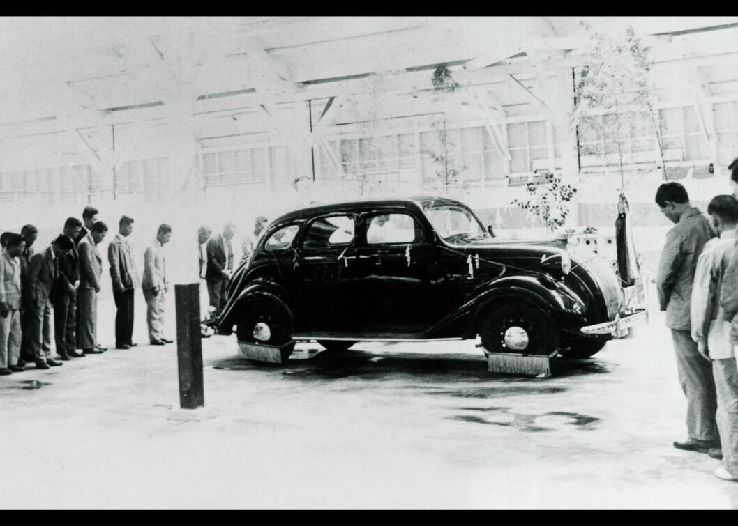 MODEL AA: Toyotas første bil rullet ut på veien i 1936. Men det tok fortsatt 25 år før bilproduksjonen kom skikkelig i gang. Foto: Toyota