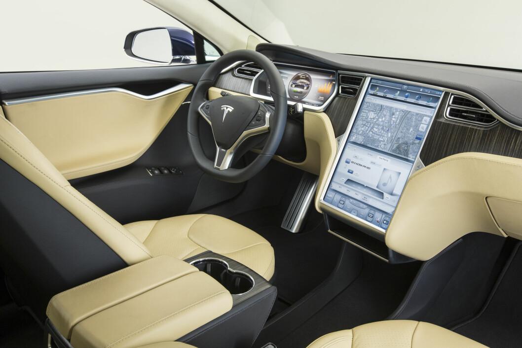 IKKE SELVKJØRENDE: Tyske myndigheter advarer nå alle eiere av Tesla Model S om at bilen ikke er selvkjørende, selv om den har en funksjon som heter Autopilot. Foto: Tesla