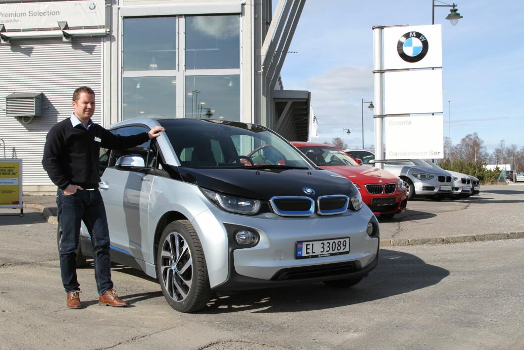 SELGER MEST: – Elektriske i3 har fått lang rekkevidde og det setter kundene tydelig pris på, sier salgssjef Rolf Pedersen hos Bavaria Gardermoen. Foto: Rune Korsvoll