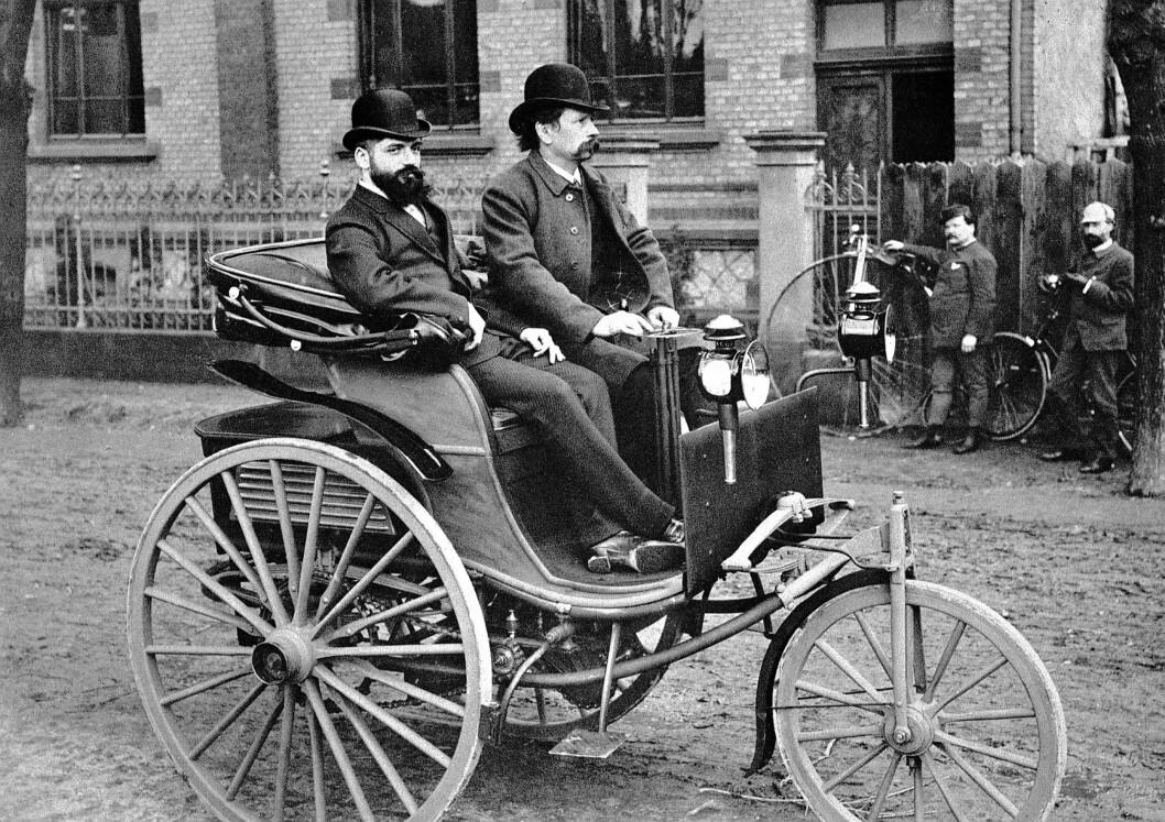 DEN FØRSTE: Den aller første bilen, bygget av Carl Benz i Tyskland, kom i 1886. Den hadde motor på 0,75 hester med vannkjøling, elektrisk tenning og flere andre tekniske løsninger som vi kjenner fra dagens biler. Foto: Benz arkiv