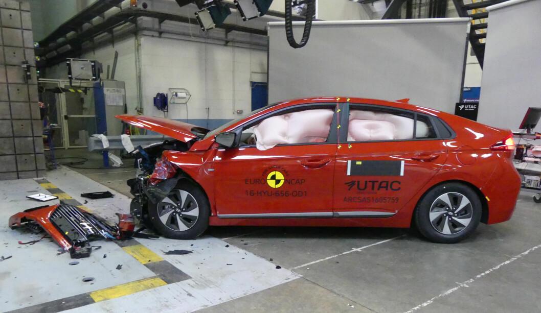 TØFFE TESTER: Hyundai Ioniq er kåret til den sikreste bilen i sin klasse for mellomsore familiebiler. Bilen har vært igjennom tøffe kollisjonstester hos EuroNCAP. Foto: EuroNCAP
