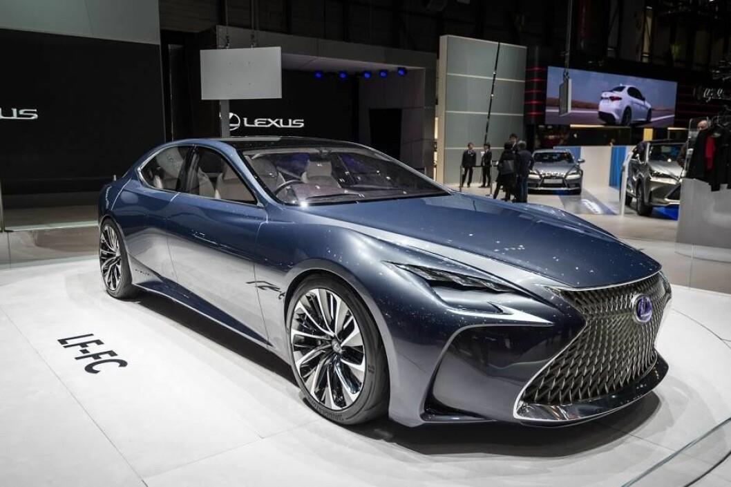 MER LUKSUS: På Detroit-utstillingen i januar viser Lexus sin nye luksus-sedan med mer sportslig utseende. Foto: Rune Korsvoll