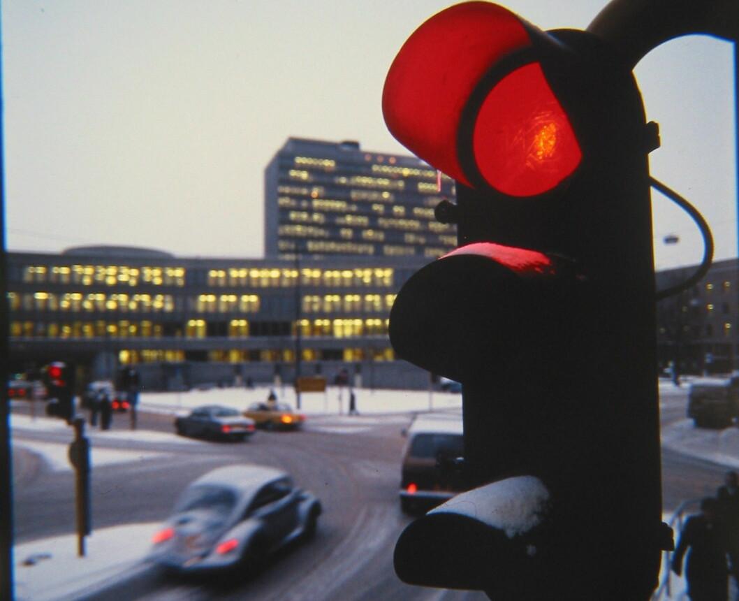 MYE DYRERE: Alle satsene for forenklet forelegg i trafikken øker fra søndag. Da koster det 6.650 kroner å bli tatt for å kjøre på rødt lys. Foto: Rune Korsvoll