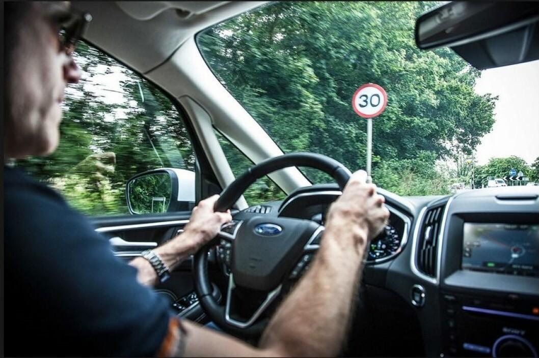 INTELLIGENT FARTSHOLDER: Et system som leser fartsskiltene langs veien og tilpasser bilens hastighet etter disse. Ford S-Max, Ford Galaxy, Volvo XC90 og S/V 90 har allerede et slikt system. Foto: Ford