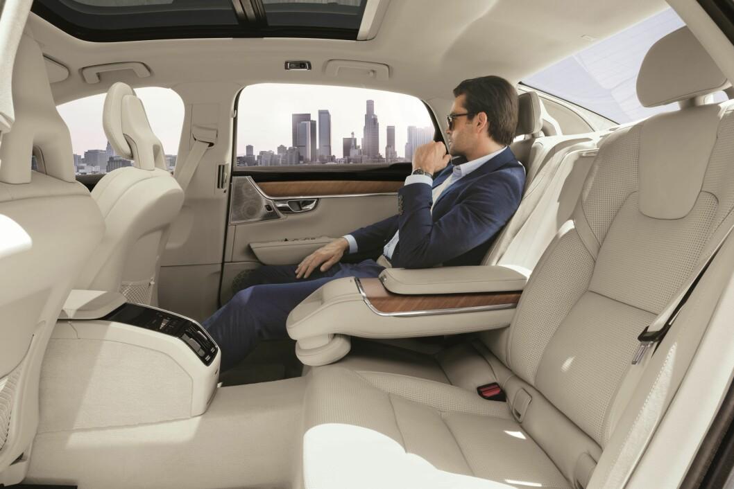 PRIVATSJÅFØR: Volvo S90 Excellence er beregnet for privatsjåfør så eieren kan slappe av i baksetet. Foto: Volvo