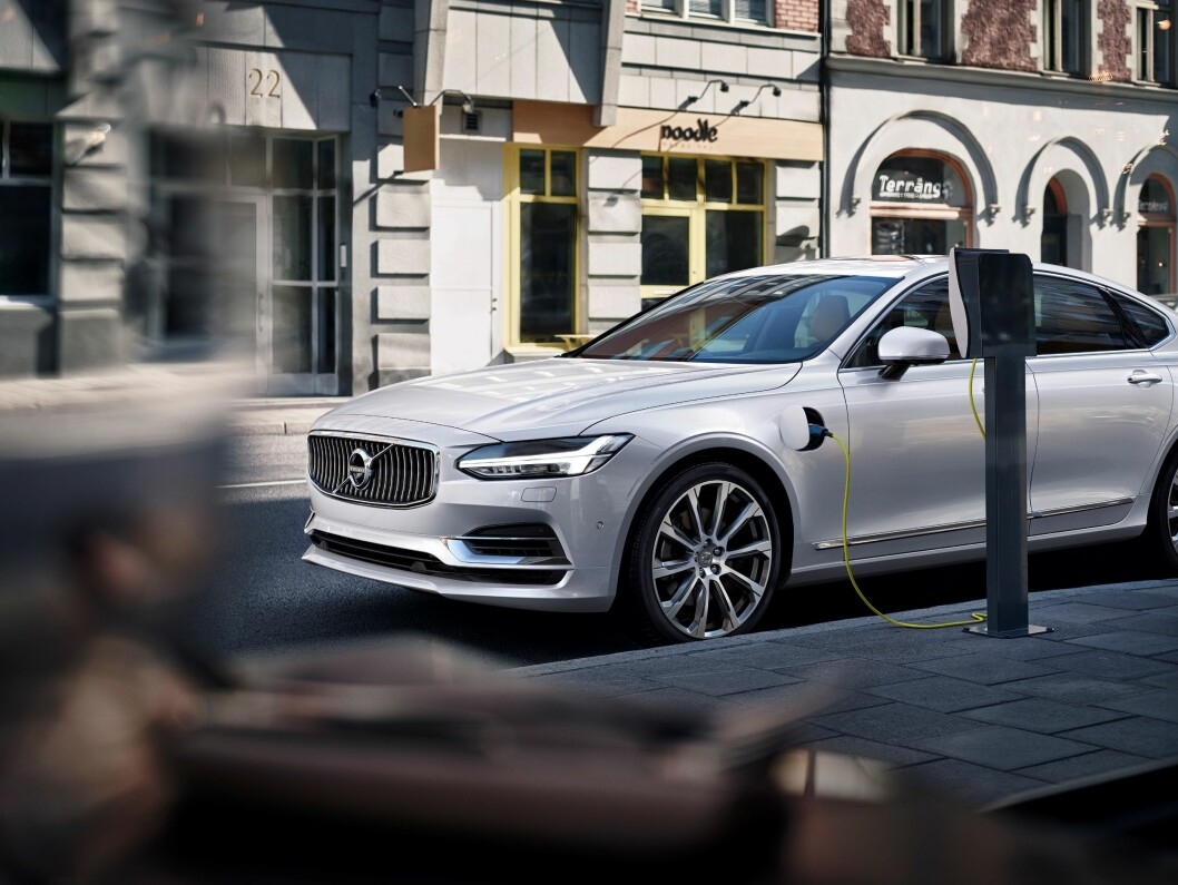 BATTERI-SVENSKE: Volvo har som mål å selge 1 million ladbare biler innen 2025. De fleste av disse blir ladbare hybrider som nye Volvo S90/V90. Foto: Vovlo