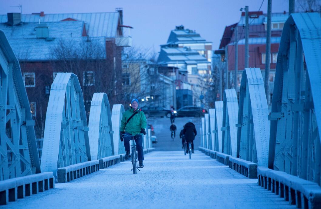 syklist på vei over bro i vinterkaldt umeå