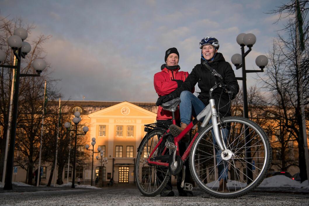 HØYT PRIORITERT: Politisk vilje er viktigste forklaring på Umeas sykkelsuksess, mener trafikkplanlegger Katarina Bergström (t.h.) og trafikkplanleggingssjef Maria Frostvinge i Umeå kommune. FOTO: Jon Terje Hellgren Hansen