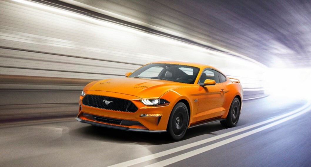 oransje ford mustang i tunnel