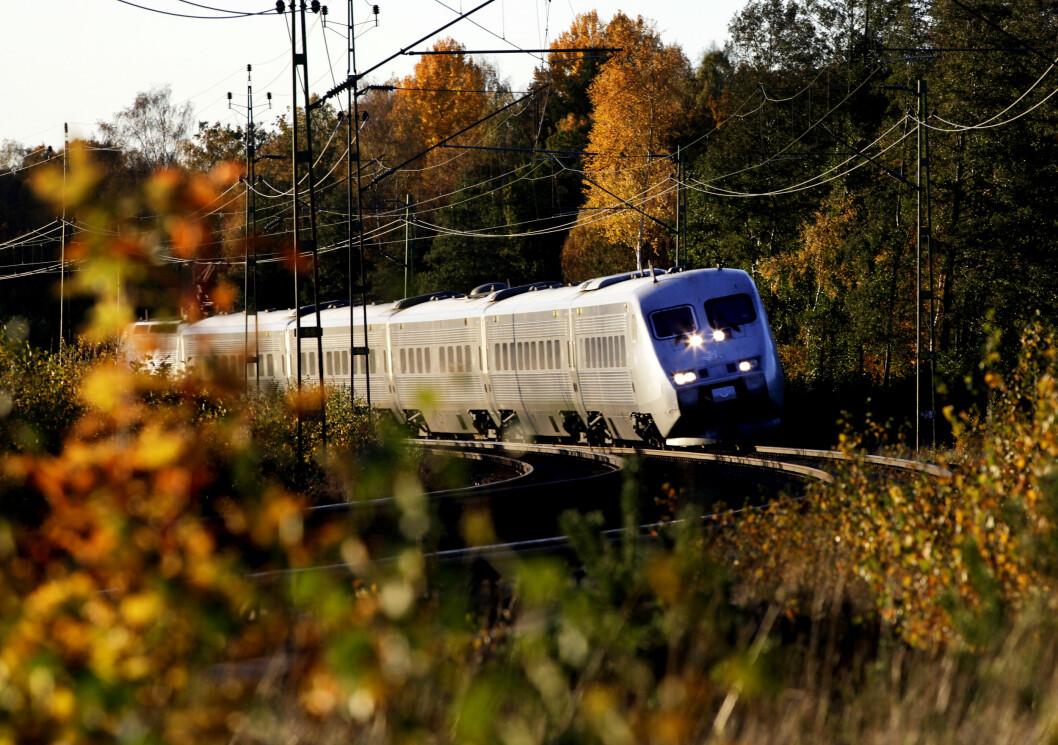 tog i høstlandskap