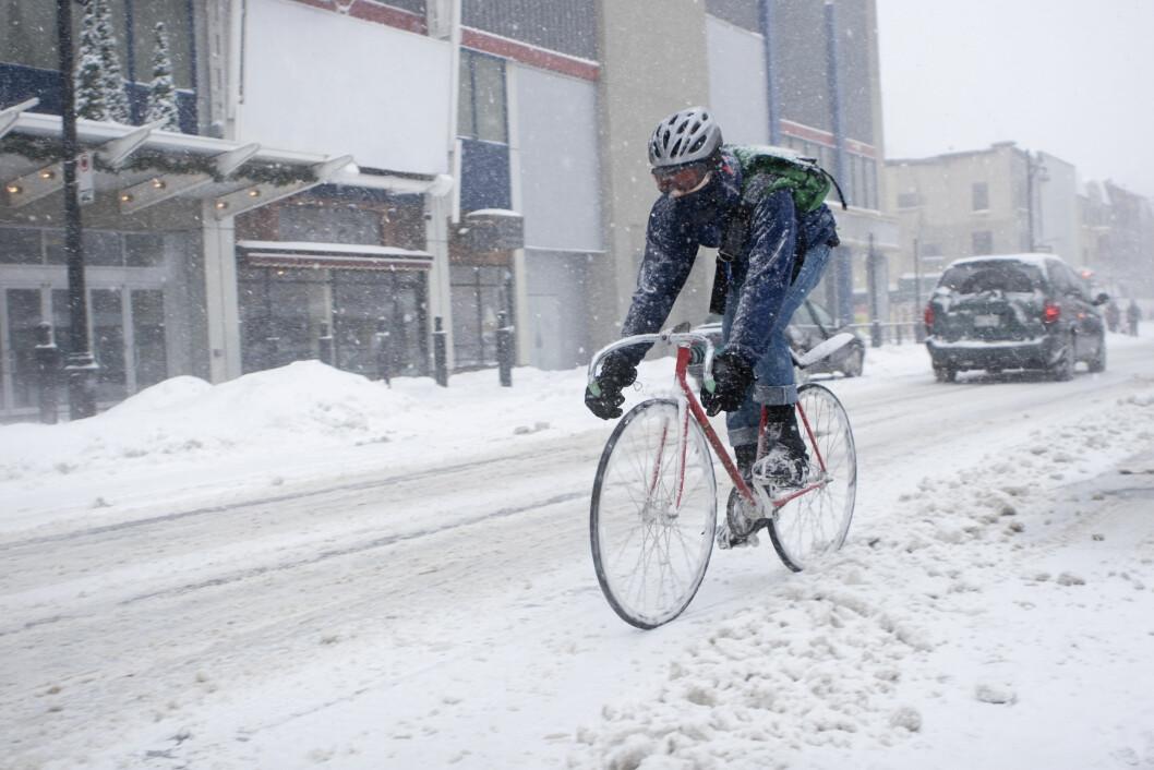 syklist på vei i vintervær