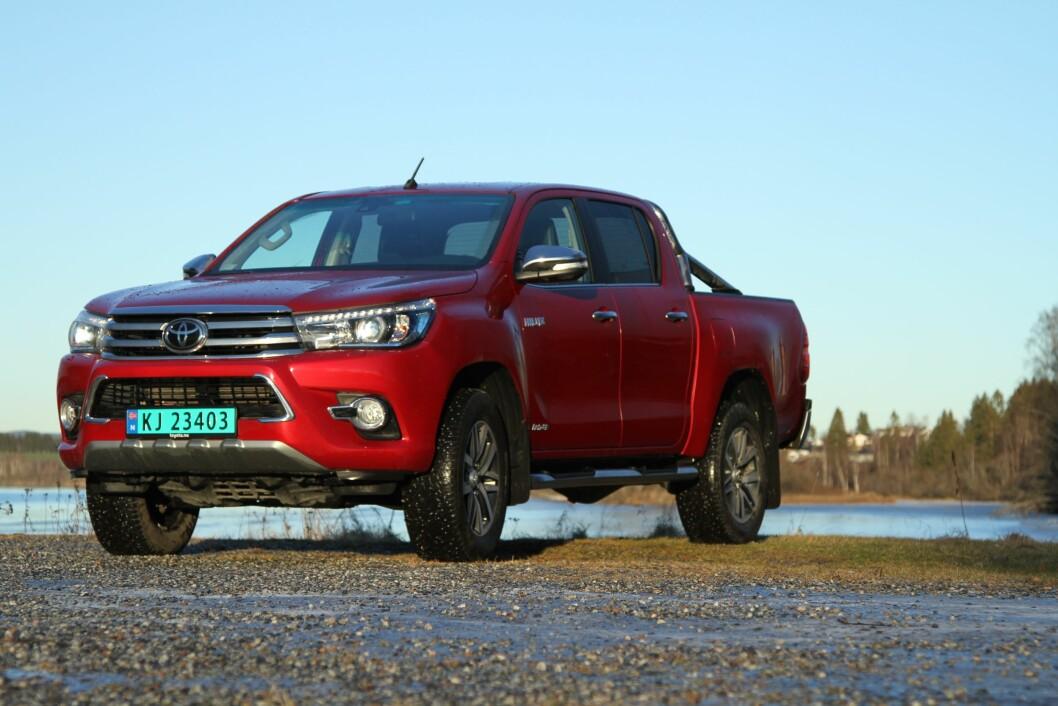 ROBUST: Det er snart 50 år siden første Toyota Hilux så dagens lys. Spesielt i områder i Afrika og Asia med svært krevende kjøreforhold, er bilen virkelig populær. Det sier mye om kvaliteten. Foto: Rune Korsvoll