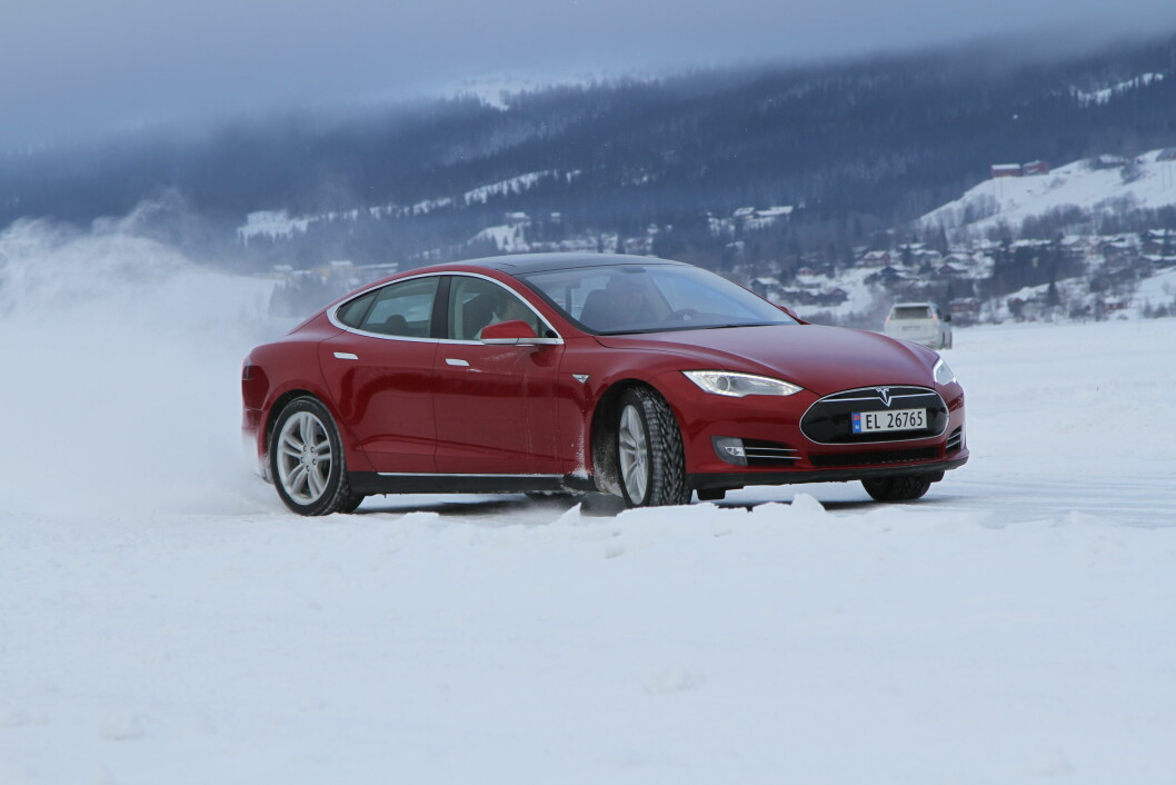 LANGT OG DYRT: Tesla Model S P100 har den lengste rekkevidden av elbilene i Norge med over 600 kilometer. Men prisen er godt over en million. Foto: Rune Korsvoll