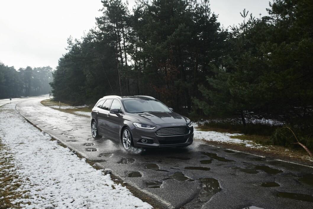 VARSLER HULL: Ford lanserer nå ny teknologi som skal hjelpe bilister unna hull i veibanen.