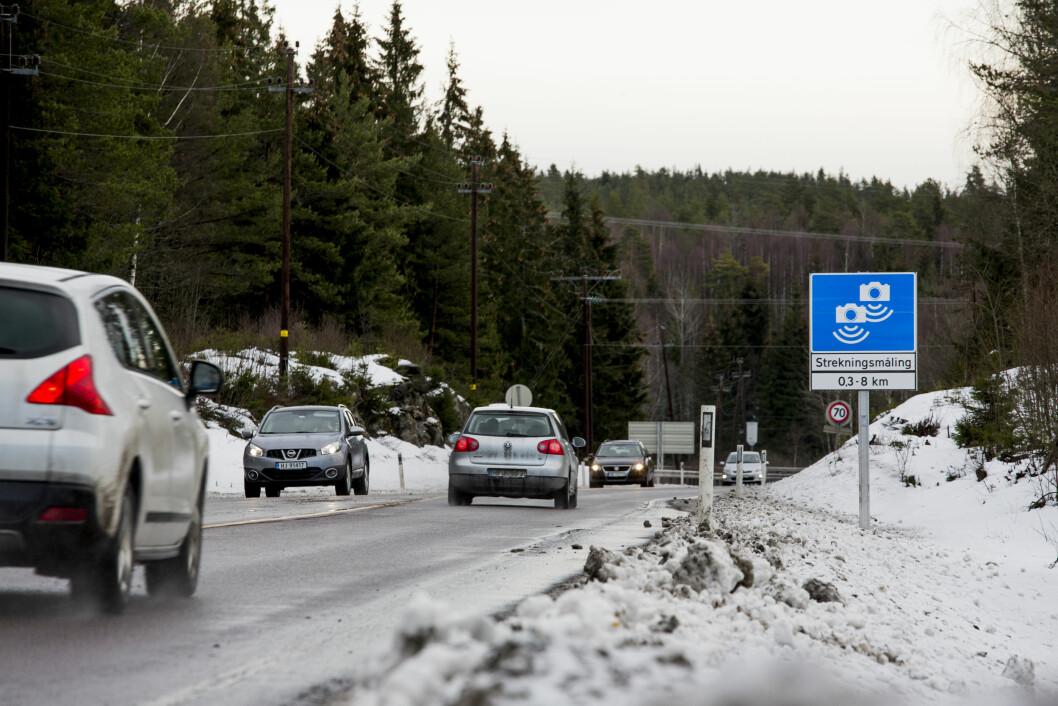 FÆRRE DØDE: Sju personer mistet livet på norske veier i januar, seks færre enn januar i fjor. Strekningsmåling, her fra fylkevei 170 i Akershus, er blant tiltakene som reduserer ulykkestallene. Foto: Sveinung Uddu Ystad