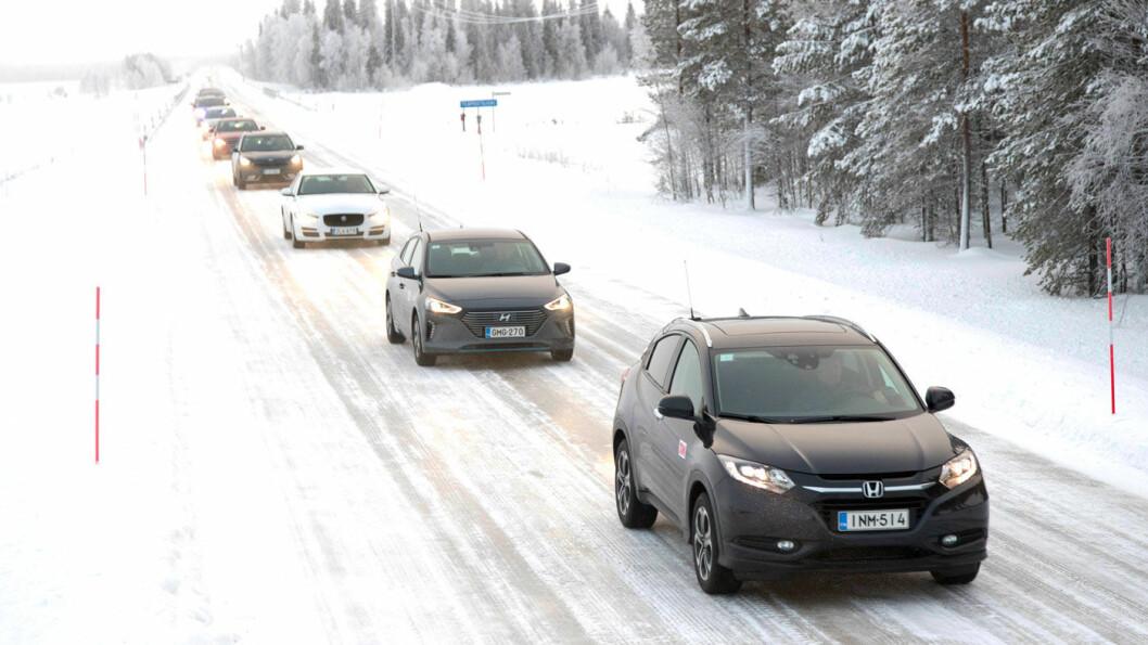 HVILKNE BIL ER BEST? Vi har testet 16 ulike biler under ekstreme forhold for å se hvilke som duger best på nordisk vinterføre. Foto: Pekka Nieminen
